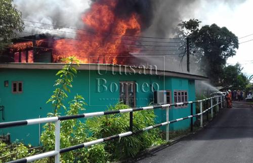Pasukan bomba sedang berusaha memadamkan kebakaran