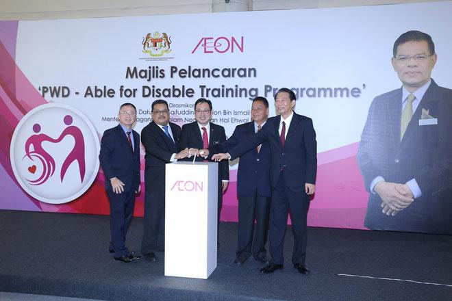 Timbalan Menteri Perdagangan Dalam Negeri dan Hal Ehwal Pengguna Chong Chen Jen melancarkan Program Latihan Keupayaan OKU anjuran AEON.