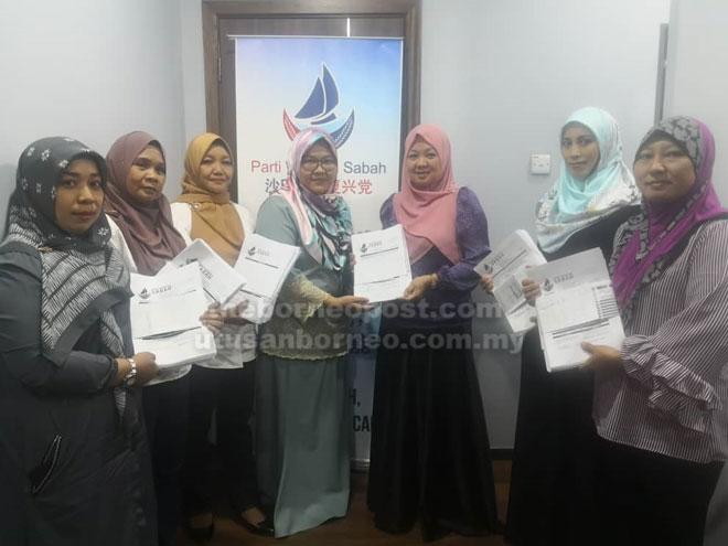 Noraini (tiga kanan) menyampaikan borang keahlian di pejabat Parti WARISAN Sabah di Kota Kinabalu.