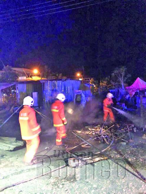 ANGGOTA bomba memastikan api padam sepenuhnya.