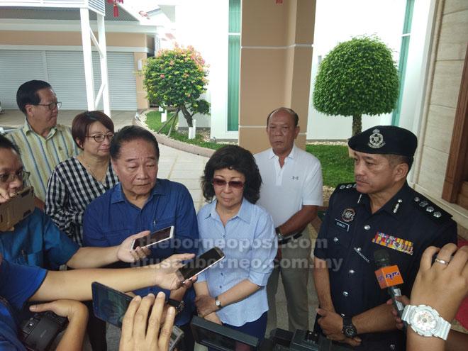 Soon Koh maya berandau enggau media di rumah iya, Jalai Ipoh, kemari.