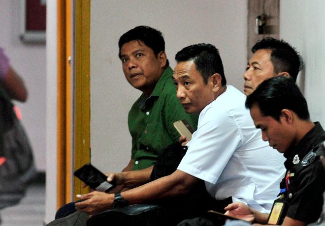 Mohd. Shariff (dua kanan) dihadapkan ke Mahkamah Sesyen Johor Bahru semalam atas tiga pertuduhan meminta dan menerima rasuah bernilai RM13,000 dua tahun lalu. — Gambar Bernama