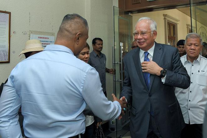 Najib (dua kanan) hadir ke Mahkamah Sesyen semalam pada sebutan semula tiga pertuduhan baharu pengubahan wang haram berjumlah RM47 juta, lima tahun lepas. — Gambar Bernama
