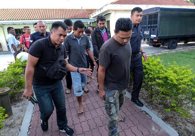 Lapan lelaki Orang Asli termasuk seorang anggota tentera berpangkat sarjan dihadapkan ke Mahkamah Sesyen di Ipoh, semala atas pertuduhan menyebabkan kematian seorang lelaki enam tahun lalu. — Gambar Bernama