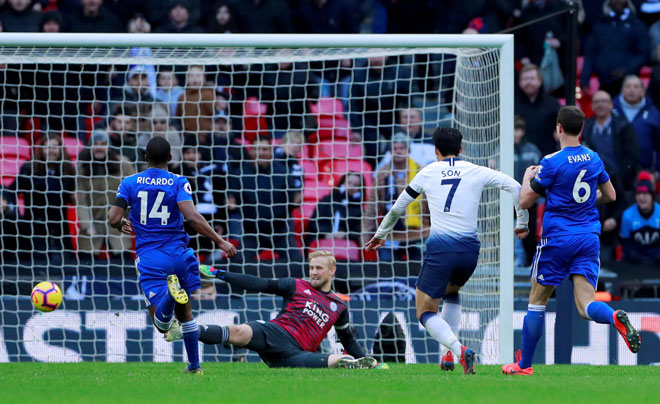 Son menjaringkang gol ketiga Spurs ketika beraksi pada perlawanan liga menentang Leicester di Stadium Wembley, London Ahad lepas. — Gambar Reuters