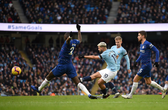 Aguero (tengah) menjaringkan gol kedua City pada aksi Liga Perdana Inggeris menentang Chelsea di Stadium Etihad,  Manchester pada Ahad lepas. — Gambar AFP— Gambar Reuters