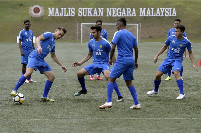 Hadi (tengah) menjalani latihan bersama rakan sepasukan pada hari pertama kem latihan pusat skuad bawah 22 tahun di Padang Majlis Sukan Negara, Kuala Lumpur kelmarin. — Gambar Bernama