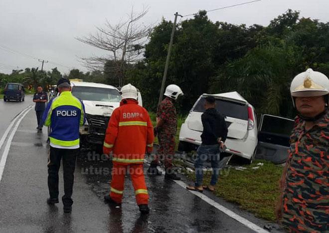 Keadaan kedua-dua kenderaan selepas terlibat dalam kemalangan di selekoh Telok Sabang selekoh dekat Kampung Tambey, Jalan Kota Samarahan-Asajaya.