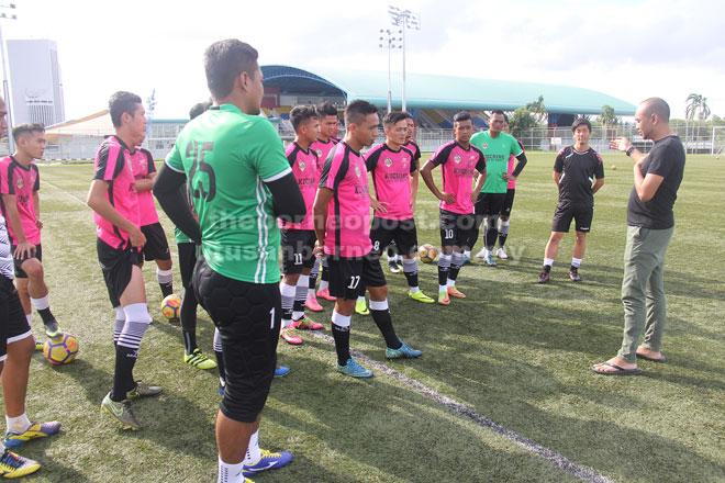 Iswandi (kanan) memperkenal Yuta (dua kanan) kepada rakan sepasukan semasa sesi latihan di Padang C, Petra Jaya Kuching semalam.