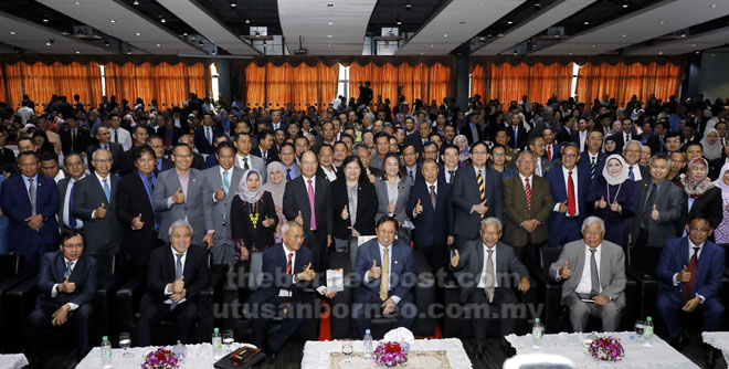 Abang Johari (duduk tengah) serta tetamu kenamaan yang lain merakam gambar bersama peserta Majlis Amanat Perdana Integriti 2019 di PCC Demak semalam. — Gambar Chimon Upon