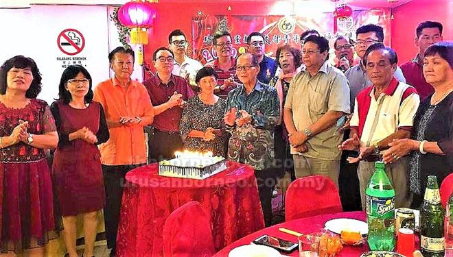 Wong (empat kiri), Chieng (tiga kiri) serta yang lain bersama-sama meraikan sambutan hari jadi ke-76 Dr Soon (empat kanan) pada Majlis Makan Malam Sambutan Tahun Baharu Cina anjuran SUPP Cawangan Dudong di Sibu, kelmarin.