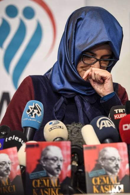 Hatice Cengiz, tunang kepada Khashoggi, menangis ketika bercakap kepada media pada 8 Februari sewaktu majlis pelancaran bukunya berjudul 'Jamal Khashoggi' di Istanbul, Turki. — Gambar Reuters