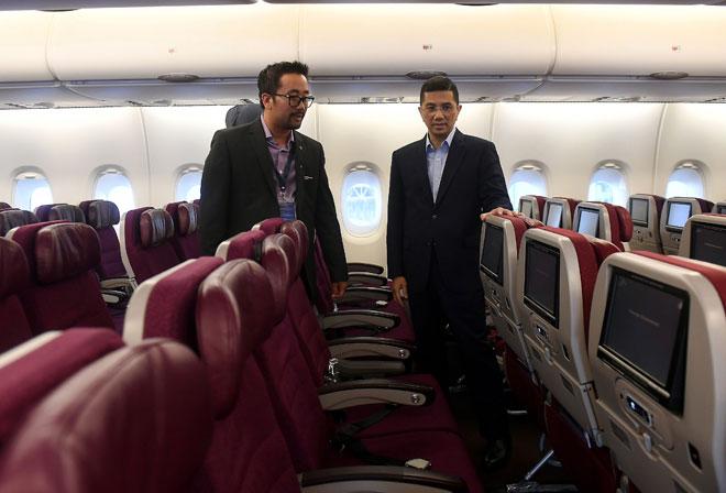 Mohamed Azmin (kanan) bersama Ketua Pegawai Eksekutif Amal Hazman Hilmi Sallahuddin melihat ruang dalaman A380 yang bakal dinaiki para jemaah haji dan umrah selepas menyempurnakan pelancaran Perkhidmatan Sewa Khas untuk Haji dan Umrah, Amal oleh Malaysia Airlines di Kompleks Kejuruteraan Malaysia Airlines di Sepang, semalam. — Gambar Bernama