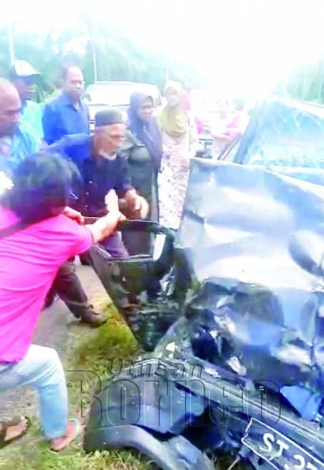 ORANG awam berusaha membantu mengeluarkan mangsa yang tersepit di dalam kenderaannya.