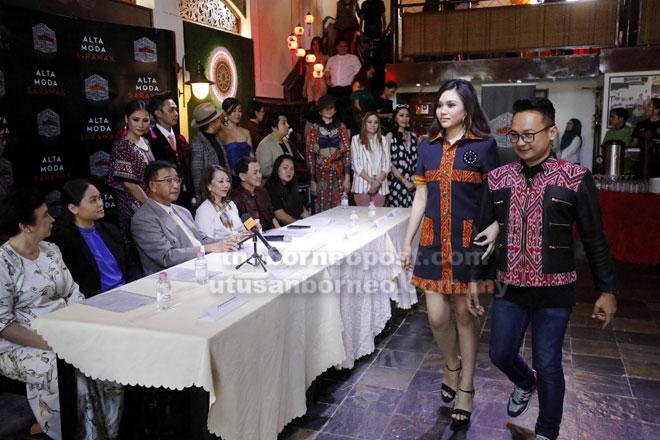 Abdul Karim (duduk tiga kiri) menyaksikan pereka fesyen yang terlibat dalam Alta Moda Sarawak bersama model yang memperagakan busana mereka selepas sidang media, semalam.