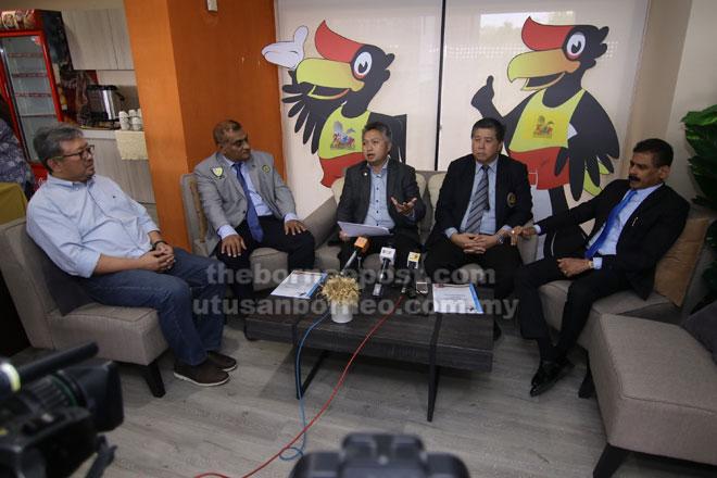 Snowdan (tengah) ketika memberi penjelasan pada sidang media bersama (dari kanan) Pulainthiran, Ong dan Karim. — Gambar oleh Muhammad Rais Sanusi