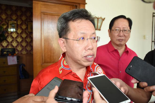 Dr Sim speaking bejaku nggai pengarang berita seraya dikemataka Temenggong Dato Vincent Lau.