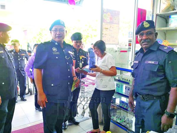 DZULBAHARIN semasa bertemu dengan penduduk pada Program Hari Bertemu Pelanggan di Telipok Ria.