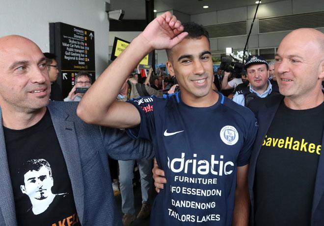 Penyokong menyambut Araibi (tengah) ketika dia tiba di Lapangan Terbang Antarabangsa Melbourne di Australia pada Selasa. — Gambar Reuters
