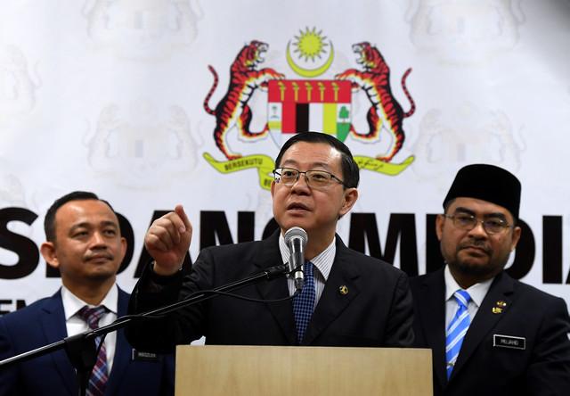 Lim Lim Guan Eng (tengah) menjawab pertanyaan media selepas majlis Penyerahan Cek Kepada Sekolah Tahfiz Yang Berdaftar di Kementerian Kewangan. - Gambar Bernama