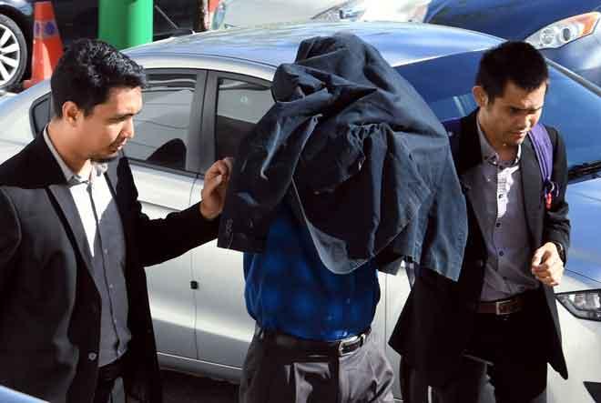 Anggota SPRM membawa Abdul Qayum yang dituduh atas tiga pertuduhan rasuah di Mahkamah Sesyen Seremban semalam. — Gambar Bernama