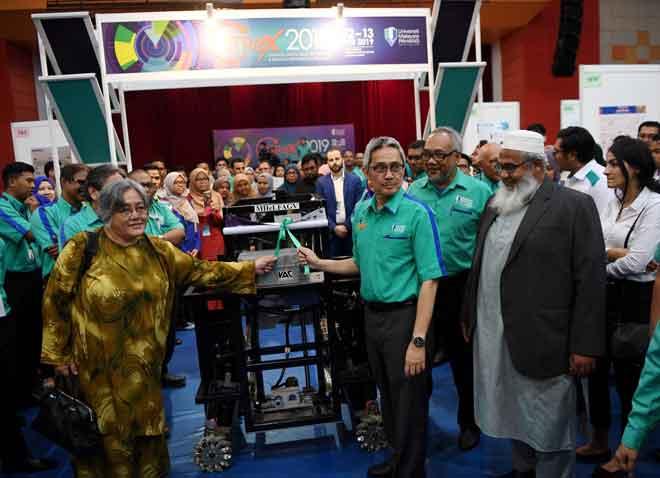 Dr Daing (tengah) melihat robot yang dihasilkan oleh para peserta ketika hadir pada Anugerah Kecemerlangan Pertandingan Pameran Creation, Innovation, Technology & Research Exposition (CITREX) 2019 di UMP Kampus Gambang, Kuantan semalam.  — Gambar Bernama