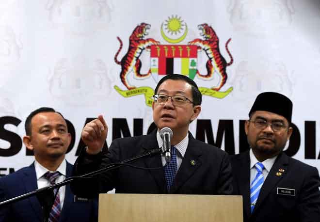 Lim (tengah) menjawab pertanyaan media selepas majlis Penyerahan Cek Kepada Sekolah Tahfiz Yang Berdaftar di Kementerian Kewangan di Putrajaya semalam. — Gambar Bernama