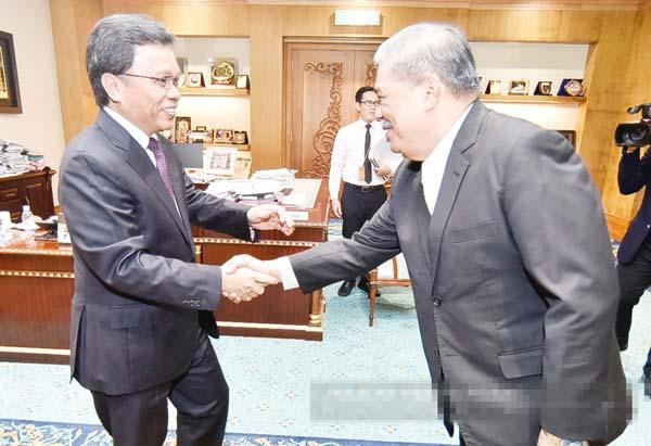 SHAFIE (kiri) bersalaman ketika menyambut ketibaan Mohamad Sabu.