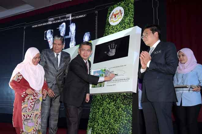 Salahuddin (tengah) menandatangani plak pada Majlis Pelancaran Hala Tuju Kementerian Pertanian Industri Asas Tani 'Prioriti dan Strategi 2019 hingga 2020' di Taman Ekspo Pertanian Malaysia (MAEPS) semalam. — Gambar Bernama