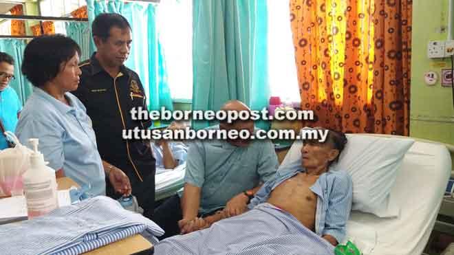 Mundaw (duduk) ngabas Awang ba sepital. Sama bisi dipeda Mohd (dia kiba).