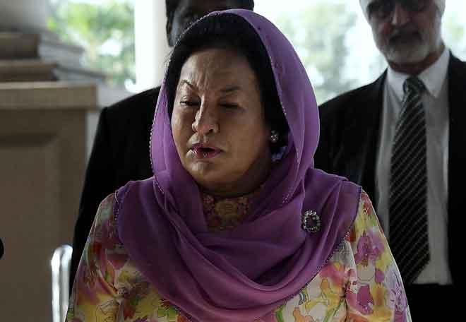 Rosmah yang didakwa meminta dan menerima rasuah berhubung projek tenaga solar di sekolah luar bandar di Sarawak tiba di Mahkamah Sesyen bagi sebutan kes itu di Kompleks Mahkamah Kuala Lumpur, semalam. — Gambar Bernama