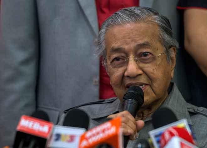 Dr Mahathir ketika sidang media selepas               mesyuarat Majlis Pimpinan Tertinggi BERSATU di Yayasan                            Al Bukhary, Kuala Lumpur semalam. — Gambar Bernama