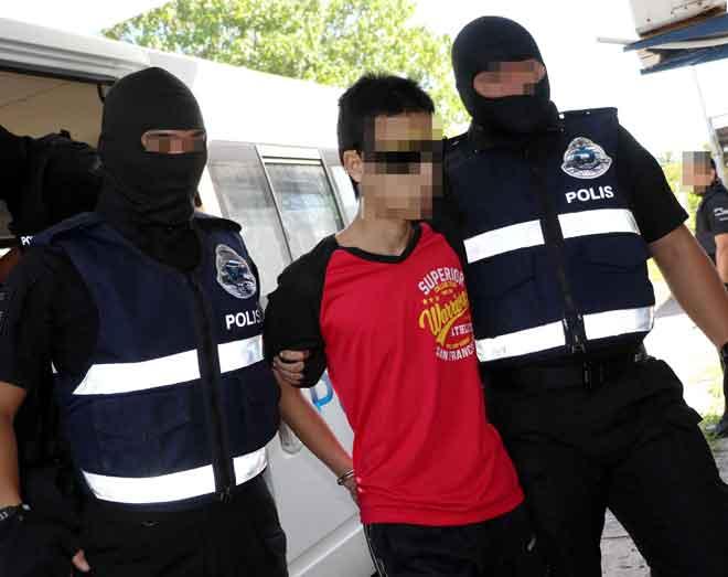 Seorang daripada enam individu termasuk empat warga asing yang ditahan di Kuala Lumpur, semalam dipercayai terlibat dalam kumpulan pengganas menerusi beberapa operasi di Johor, Selangor dan Sabah dalam tempoh 19 Dis hingga 28 Jan lalu. — Gambar Bernama
