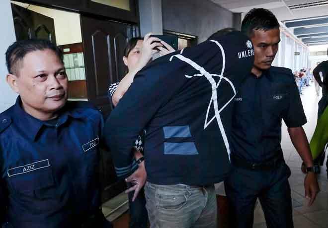 Muhammad Firdaus (tengah) didakwa di Mahkamah Majistret semalam atas tuduhan membunuh seorang lelaki di Jalan Kantan di Buntong, Ipoh, tiga tahun lepas. — Gambar Bernama