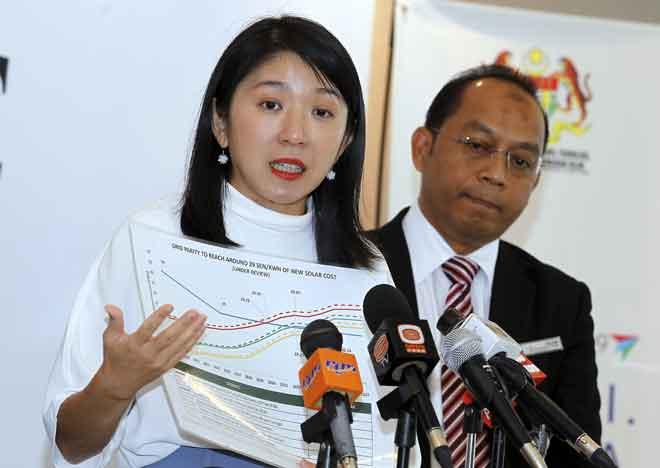 Yeo semasa sidang media Pelaksanaan Pembidaan Terbuka Projek Loji Jana Kuasa Solar Berskala Besar di kementeriannya, Putrajaya, semalam. — Gambar Bernama