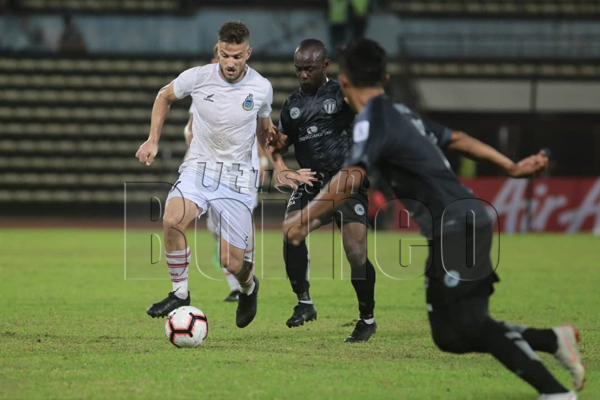 PENJARING gol kedua Sabah, Milunovic meloloskan diri dari kekangan dua pertahanan TFC II dalam saingan Liga Premier di Stadium Likas malam tadi. - Gambar ihsan Media Safa.