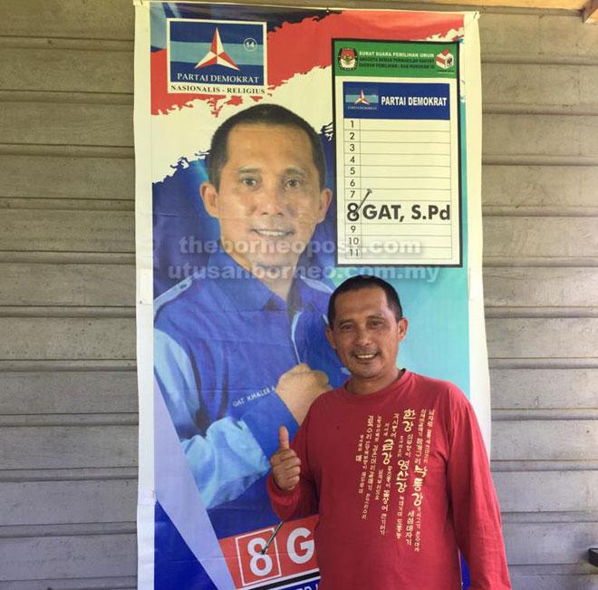Gat Khaleb bergambar di hadapan poster Pemilu Legislatif 2019 pada April depan.