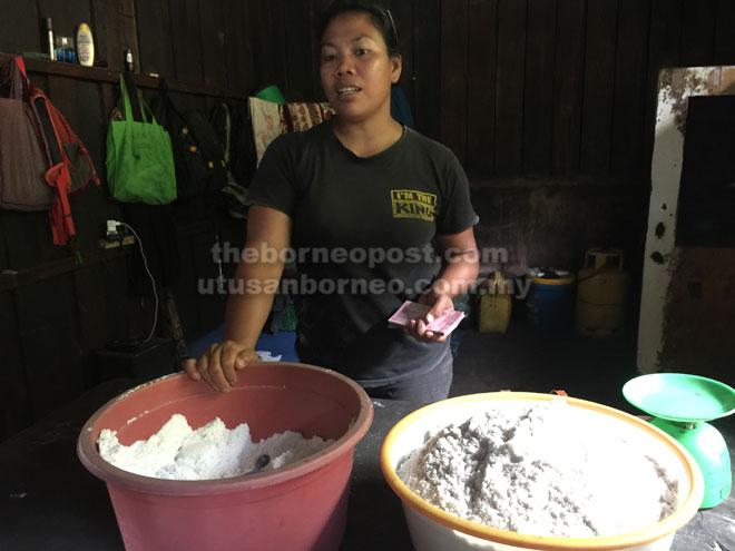 Sara sedang menjual garam gunung kepada pelawat yang datang ke Long Midang.