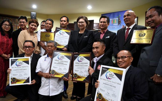 Christina bersama para pengusaha inap desa dan pelancongan luar bandar Sabah yang menerima anugerah peringkat Asia semalam. — Gambar Bernama