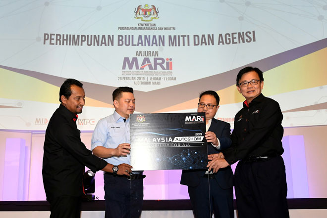 Darell (dua kiri) diiringi Phang (kanan), Lokman (kiri) dan Madani (dua kanan) melancarkan Pameran Auto Malaysia 2019 pada Perhimpunan Bulanan MITI dan Agensi di Malaysia Automotive, Robotics and IoT Institute (MARii), Putrajaya, semalam. — Gambar Bernama