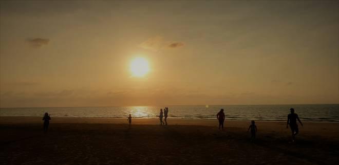 Pemandangan senja di Pantai Iftitah yang menggamit perasaan.