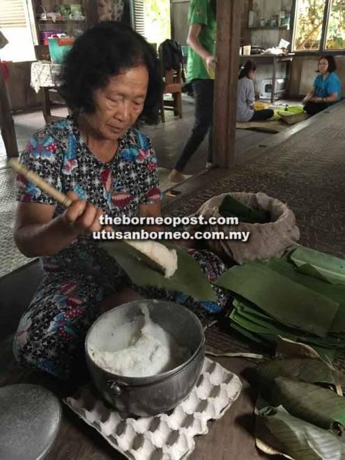 Penyediaan nuba laya' oleh wanita Lun Dayeh di salah sebuah rumah penginapan di Long Layu.