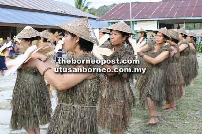 Wanita Lun Dayeh sedang mempersembahkan tarian tradisional.