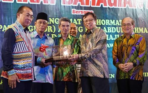 Abang Johari menerima cenderahati daripada pemimpin masyarakat Iban dan Melayu yang baru dilantik Richard (kiri) dan Piee (dua kiri) serta Penghulu Goh Leng Tong (tiga kiri) sambil disaksikan Uggah (kanan).