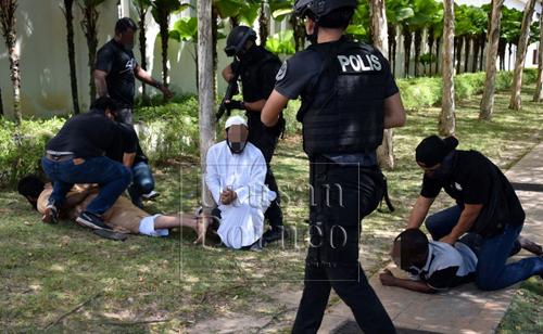 Antara individu disyaki terbabit dengan kegiatan kumpulan pengganas ditahan Bahagian Counter Terrorism, Cawangan Khas, PDRM dalam beberapa serbuan yang dilakukan di sekitar Lembah Klang dan Sarawak pada 2 hingga 9 Februari lalu. - Gambar Bernama