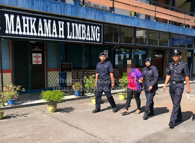 Suspek dibawa anggota polis ke Mahkamah Majistret semalam untuk permohonan reman.