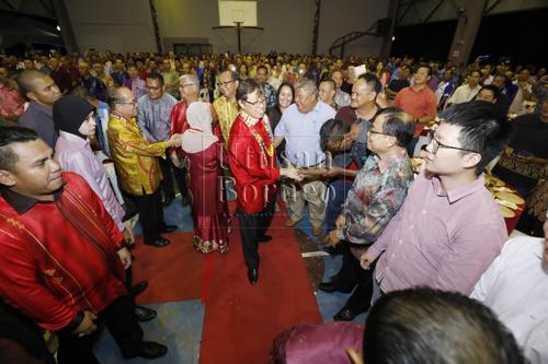 Abang Johari bersalaman dengan orang ramai yang hadir pada majlis makan malam sempena Tahun Baharu Cina anjuran kawasan DUN Serembu. Turut kelihatan ADUN Serembu, Miro Simuh (kiri)