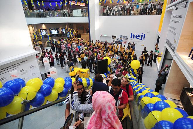 Orang ramai mengunjungi IKEA Batu Kawan pada hari pertama pembukaan IKEA tersebut yang disempurnakan oleh Menteri Kewangan Lim Guan Eng di Batu Kawan, semalam. — Gambar Bernama