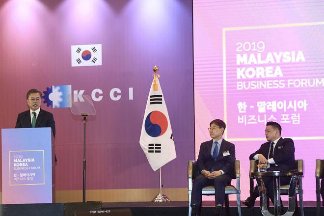 Moon menyampaikan ucapan sekali gus merasmikan Forum Perniagaan Malaysia-Korea pada hari ketiga sesi lawatan negara ke Malaysia di sebuah hotel, Kuala Lumpur, semalam — Gambar Bernama