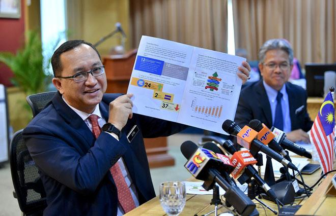Dr Amin menunjukkan analisis keputusan peperiksaan Sijil Pelajaran Malaysia (SPM) semasa sidang media pengumuman keputusan peperiksaan itu di Kementerian Pendidikan semalam. — Gambar Bernama